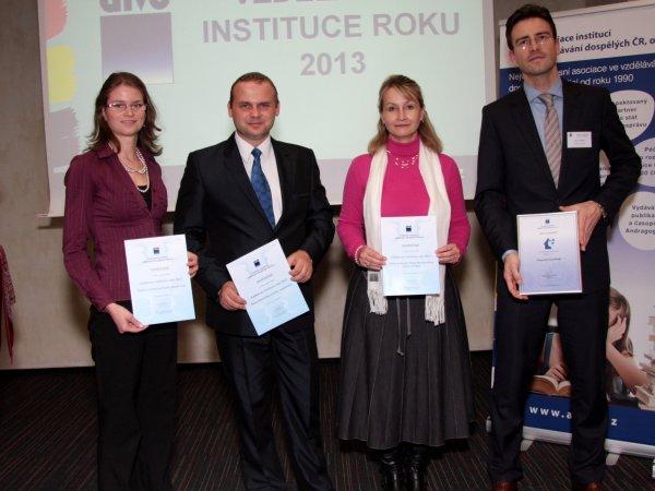 Vítěz soutěže společně s finalisty.