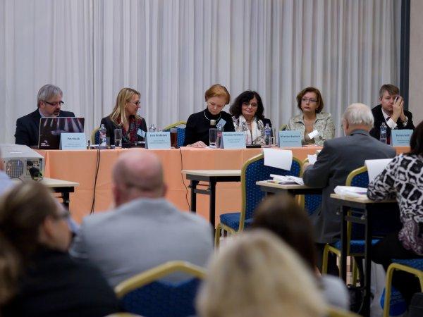 Pohled na předsednický stůl první části konference