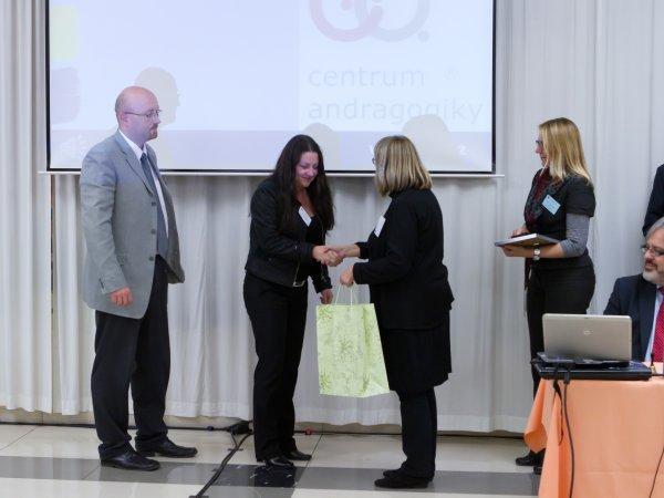 Cenu přebírají zástupci Centra andragogiky, s.r.o. - Vzdělávací instituce roku 2012 (vlevo)